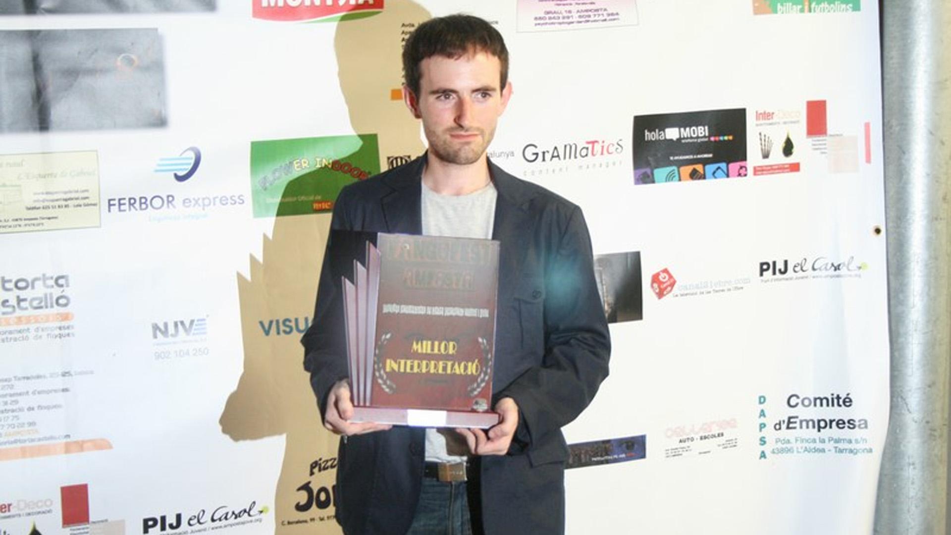 """Anna Castillo recibe el premio a la Mejor Interpretación por """"El espejo humano"""" en el V Fangofest Amposta (España)."""